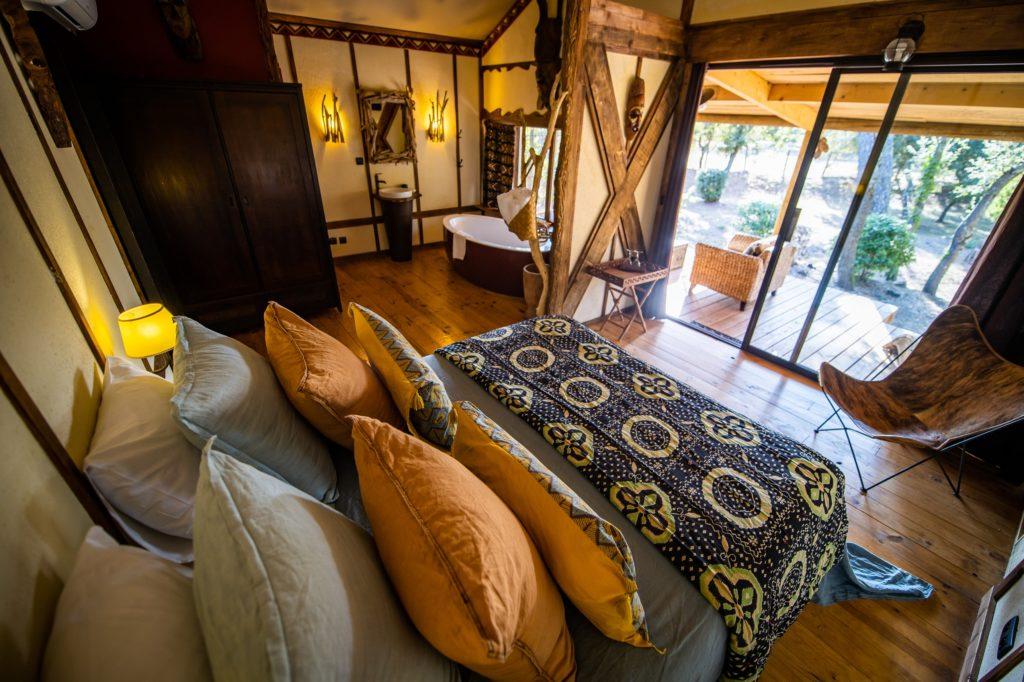 http://www.villa-vanille.com/wp-content/uploads/2018/11/lodge_chambre_salle_de_bain_chambre_dhote_de_charme_boisseron_herault-1024x682.jpg